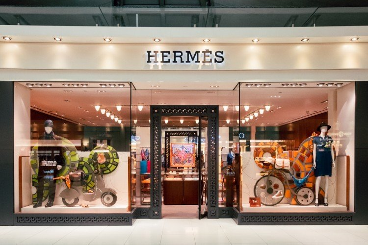 shutterstock_395804398 Hermes shop in duty free zone of the airport, retail, accessories, brand, com pan, design, luxury, style, fashion,
